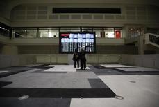 Visitantes observan un tablero electrónico que muestra el índice Nikkei en la Bolsa de Tokio, Japón, 9 de febrero del 2016. Las bolsas de Asia caían con fuerza el martes luego de que los temores sobre la estabilidad golpearon a las acciones de los bancos europeos y enviaron a los inversores en busca de refugio. REUTERS/Issei Kato