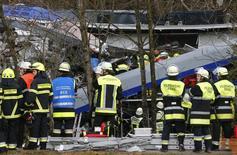 Спасательные службы работают на месте столкновения поездов на юге Германии. Восемь человек погибли и около 150 получили ранения во вторник в результате столкновения двух поездов на юге Германии, в Баварии, сообщила местная полиция в  твиттере.  REUTERS/Michael Dalder