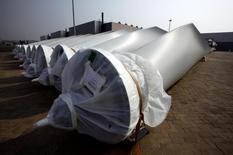 El fabricante danés de turbinas Vestas está centrado en el crecimiento orgánico y no en adquisiciones, en una estrategia diferente a la de su rival española Gamesa, que reconoció el mes pasado conversaciones con Siemens para crear la mayor empresa del sector. En la imagen, aspas para turbinas de Vestas en la ciudad china de Tianjin, el 14 de septiembre de 2010. REUTERS/David Gray