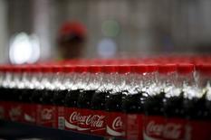 Coca-Cola est l'une des valeurs à suivre à Wall Street après la publication d'un bénéfice trimestriel meilleur que prévu, en raison surtout de réductions des coûts massives. Le bénéfice net part du groupe a bondi de 60,6% à 1,24 milliard de dollars au quatrième trimestre. /Photo d'archives//REUTERS/Darren Whiteside