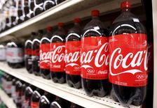 Foto de archivo de botellas de bebida Coca Cola, en una tienda en Nueva York. 9 de febrero de 2010. Coca-Cola Co reportó una caída de 8 por ciento en sus ingresos netos trimestrales, debido a que la fortaleza del dólar redujo nuevamente el valor de sus ventas fuera de Estados Unidos. REUTERS/Lucas Jackson/Files