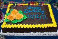 """Imagen de archivo de un pastel de cumpleaños para tres niños que cumplieron 12 años en Times Square, dic 12, 2012. La canción más popular del mundo, """"Cumpleaños feliz"""", será de dominio público si un tribunal estadounidense aprueba un acuerdo por el que Warner/Chappell Music pagará 14 millones de dólares para poner fin a un litigio de décadas. REUTERS/Andrew Kelly"""