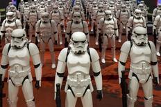 """Foto de archivo de modelos de los """"Stormtrooper"""" en una tienda en Shanghái, China. Ene 19, 2016. Walt Disney Co reportó el martes un crecimiento trimestral de sus ganancias e ingresos totales, impulsados por el exitoso estreno de """"La Guerra de las Galaxias: El despertar de la Fuerza"""", aunque una caída en las utilidades de sus cadenas de televisión por cable inquietó a los inversores."""