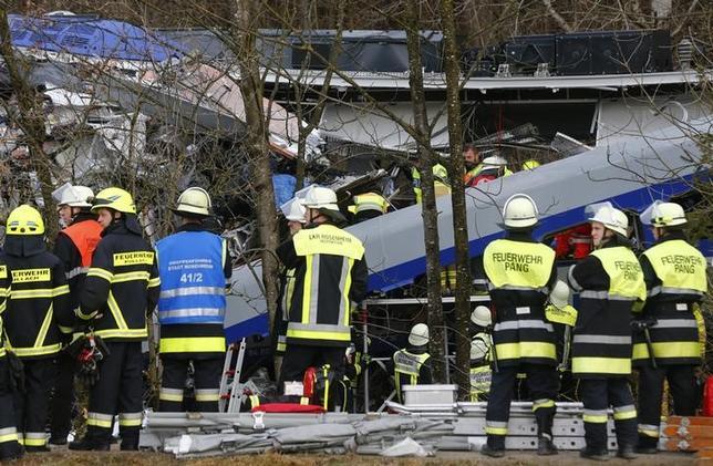 2月9日、ドイツ南部のバイエルン州バートアイブリング近郊で9日朝起きた列車同士の正面衝突事故による死者は10人、負傷者は少なくとも81人となった(2016年 ロイター/MICHAEL DALDER)