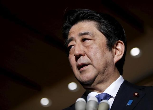 2月10日、安倍晋三首相は午前の衆議院予算委員会で、日銀がマイナス金利を導入したことに関連して、「黒田東彦総裁を信頼している。しっかりした政策手段をとっていかれると考えている」と述べた。写真は都内で1月撮影(2016年 ロイター/Yuya Shino)