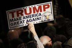 Сторонник кандидата в президенты США Дональда Трампа держит плакат со словами поддержки. Манчестер, Нью-Гэмпшир, 9 февраля 2016 года. Предприниматель-миллиардер Дональд Трамп одержал победу на первичных выборах среди республиканцев в штате Нью-Гэмпшир во вторник, а американский сенатор Берни Сандерс получил большее число голосов избирателей-демократов. REUTERS/Mike Segar