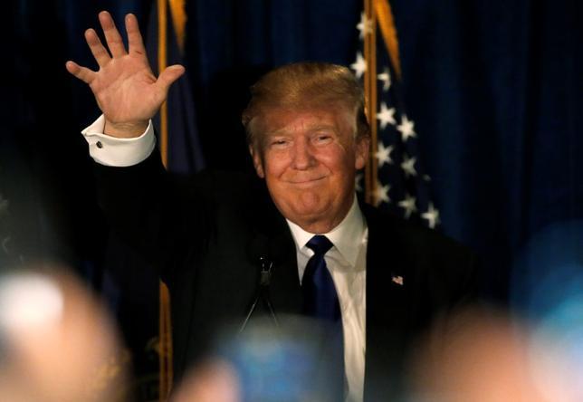 2月10日、米大統領選のニューハンプシャー州予備選では、怒れる投票者らに対し体制に立ち向かう力を示した共和党ドナルド・トランプ氏(写真)と民主党バーニー・サンダース上院議員がそれぞれ勝利した。ニューハンプシャー州で9日撮影(2016年 ロイター/Jim Bourg)