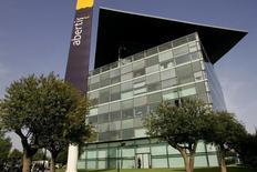 Imagen de archivo de la sede de Abertis en Barcelona tomada el 24 de abril de 2006. El operador español de autopistas Abertis reportó el miércoles una caída de un 7,5 por ciento en las ganancias consolidadas antes de intereses, impuestos, depreciación y amortización -EBITDA- del 2015, debido a un tráfico más débil en Brasil y cambios contables internos, incumpliendo las predicciones de los analistas. REUTERS/Gustau Nacarino
