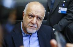 El ministro de Petróleo de Irán, Bijan Zanganeh, habla con periodistas durante una reunión de ministros de petróleo de la OPEP, en Viena, Austria, 4 de diciembre de 2015. Irán no puede recortar la producción de petróleo porque necesita recuperar participación de mercado y volver a los niveles de extracción previos a las sanciones internacionales impuestas por su programa nuclear, dijo el miércoles un alto funcionario petrolero iraní. REUTERS/Heinz-Peter Bader