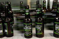Imagen de archivo de unas cervezas Meantime en su línea de producción en una embotelladora en Londres, mayo 10, 2012. La firma japonesa Asahi Group Holdings Ltd ofreció comprar las marcas de cerveza Peroni, Grolsch y Meantime de SABMiller PLC por 2.550 millones de euros (2.870 millones de dólares), informó el miércoles, como parte de sus esfuerzos para contrarrestar su lento crecimiento en su país.       REUTERS/Stefan Wermuth