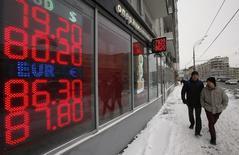 Bureau de change à Moscou. A court d'options pour combler le trou creusé dans son budget par la chute des cours du pétrole, la Russie envisage désormais des mesures qui auraient été jugées impensables il y a quelques mois encore, comme la possibilité d'influencer l'évolution du rouble face au dollar dans le but de doper les recettes fiscales. /Photo prise le 20 janvier 2015/REUTERS/Sergei Karpukhin