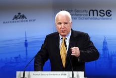 Джон Маккейн выступает на конференции в Мюнхене, посвященной безопасности. Глава комитета Сената США по вооружённым силам Джон Маккейн усилил давление на Пентагон и ВВС США, требуя от них разъяснений об использовании российских ракетных двигателей для запусков американских спутников. REUTERS/Michael Dalder