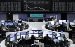 Трейдеры работают на фондовой бирже Франкфурта-на-Майне. Европейские фондовые рынки снизились в ходе торгов четверга вслед за возобновившемся падением котировок акций банков и горнодобывающих компаний, таких как Societe Generale и Rio Tinto, оказавшихся под давлением из-за разочаровывающих квартальных результатов.  REUTERS/Staff
