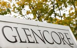 El logo de Glencore, fotografiado en el frontis de la compañía en Baar, Suiza, 30 de septiembre de 2015. Glencore anunció una nueva medida en su esfuerzo de reducción de deuda mediante la venta de 500 millones de dólares en producción futura de metales preciosos, al tiempo que reportó una caída en la extracción de su producto más lucrativo, el cobre. REUTERS/Arnd Wiegmann