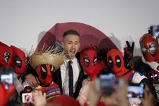 """Ator Ryan Reynolds posa com fãs na pré-estreia de """"Deadpool"""" em Nova York. 11/02/2016 REUTERS/Brendan McDermid"""