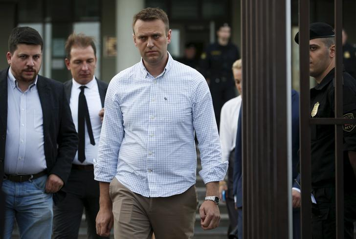 Russian opposition leader Alexei Navalny (C) leaves a court after a hearing in Moscow, Russia, May 13, 2015.  REUTERS/Maxim Zmeyev