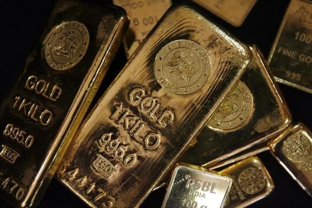 2月11日、金は5%超上昇し、1年ぶり高値をつけた。金融市場の不透明感やドル安、世界的な株安を受け、安全資産の金にマネーが流入した。ムンバイで2009年撮影(2016年 ロイター/Arko Datta)