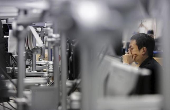 2月12日、1年3カ月ぶりの水準にドル安/円高が進んだ背景について、三菱東京UFJ銀行のチーフアナリスト、内田稔氏は、米国の景気減速懸念が大きく作用したと指摘する。写真は都内で昨年9月撮影(2016年 ロイター/Toru Hanai)