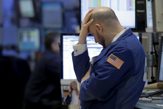 2月11日、最近の米国株の大幅な下落を受け、一部の投資家は小型株の一角を選別した上で物色し始めている。だが小型株全体が持ち直すには、しばらく時間がかかりそうだ。ニューヨーク証券取引所で撮影(2016年 ロイター/Brendan McDermid)
