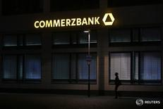 """Commerzbank volvió a tener beneficios en el cuarto trimestre después de que cayeran las provisiones por morosidad, lo que le permitió alcanzar un hito en una reestructuración de seis años con el anuncio de que cerrará su """"banco malo"""" que comprende activos no esenciales.. En la imagen de archivo, una mujer pasa por una sucursal de Commerzbank, que el viernes anunció resultados alentadores, el 10 de mayo de 2013. REUTERS/Lisi Niesner"""
