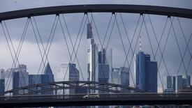 Вид на Франкфурт-на Майне.  Экономика Германии показала стабильный рост в последнем квартале 2015 года, так как увеличение государственных расходов в связи с кризисом беженцев и существенным ростом строительства компенсировало слабую внешнюю торговлю, показали предварительные данные Федерального статистического управления Германии в пятницу.  REUTERS/Ralph Orlowski