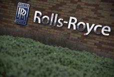 Логотип Rolls-Royce на здании аэрокосмического подразделения компании в Бристоле. Британская компания Rolls-Royce вдвое уменьшила размер дивидендов, пытаясь укрепить свое финансовое положение после падения прибыли по итогам 2015 года на 16 процентов в связи со снижением спроса на некоторые из ее продуктов. REUTERS/Toby Melville