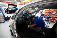 Un empleado trabaja en una línea de montaje de coches Bluecar en una fábrica de Renault, en Dieppe, 1 de septiembre de 2015. La caída en diciembre de la producción industrial de la zona euro limitó el crecimiento económico del bloque en el cuarto trimestre del 2015, que avanzó a igual ritmo que el mismo periodo anterior, indicaron el jueves datos oficiales, lo que refuerza el argumento para aplicar más estímulos monetarios. REUTERS/Philippe Wojazer