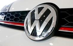 El logo de la automotora alemana Volkswagen, visto en uno de sus autos en una exhibición en Duebendorf, Suiza. 12 de febrero de 2016. Las ventas del grupo Volkswagen volvieron a crecer en enero gracias a la demanda en China, donde la marca principal VW registró su mejor mes histórico, pese al escándalo por las manipulaciones de pruebas de emisiones de la automotriz alemana en Estados Unidos. Reuters/Arnd Wiegmann