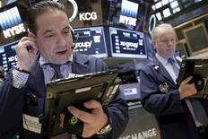 Трейдеры на фондовой бирже в Нью-Йорке. 12 февраля 2016 года. Американский фондовый рынок в пятницу вернулся к восхождению за счет восстановления котировок акций финансовых и энергетических компаний после массовой распродажи, наблюдавшейся на протяжении недели на фоне беспокойств за здоровье глобальной экономики. REUTERS/Brendan McDermid