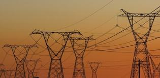 Опоры ЛЭП у АЭС Коберг близ Кейптауна. 17 июля 2009. ЮАР завершит выработку требований для строительства своей атомной электростанции к апрелю,  Россия и Китай выглядят главными фаворитами на получение тендера, сказал Рейтер правительственный чиновник, участвующий в переговорах. REUTERS/Mike Hutchings