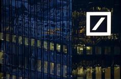 Le siège de Deutsche Bank à Francfort. La première banque allemande va racheter plus de cinq milliards de dollars (4,45 milliards d'euros) de dette senior. Selon une source proche du dossier, la banque a lancé un appel d'offres pour le rachat de titres de sa dette libellés en euros et en dollars après avoir estimé que le marché ne valorisait pas correctement ses obligations. /Photo prise le 26 janvier 2016/REUTERS/Kai Pfaffenbach