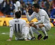 Bale se machuca em jogo do Real Madrid contra Sporting Gijón.  17/01/16.  REUTERS/Andrea Comas