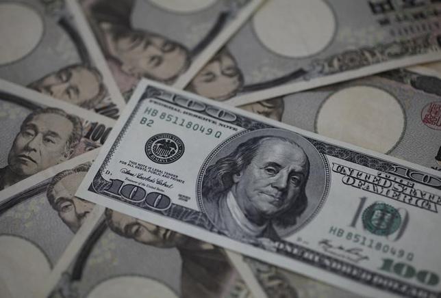 2月12日、NY外為市場ではドルが上昇。強い小売統計で米利上げが継続するとの観測が再燃した。写真は100ドル札と1万円札。2013年2月撮影。(2016年 ロイター/Shohei Miyano)