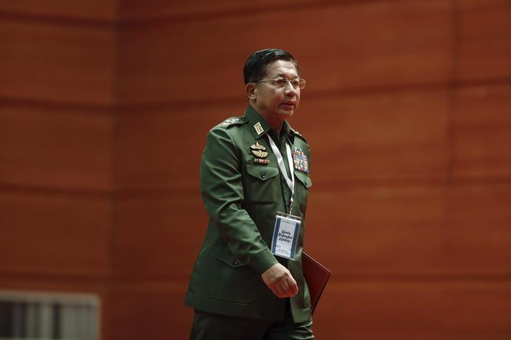 Myanmar's Commander-in-Chief Senior General Min Aung Hlaing arrives to give a speech during talks between the government, army and representatives of ethnic armed groups over a ceasefire to end insurgencies, in Naypyitaw January 12, 2016. REUTERS/Soe Zeya Tun