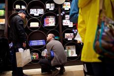 Unas personas realizando compras en un centro comercial en King of Prussia, EEUU, dic 6, 2014. El gasto de los consumidores estadounidenses recuperó el impulso en enero gracias a que las familias incrementaron las compras de una variedad de productos, en una señal esperanzadora de que el crecimiento económico está cobrando fuerza tras desacelerarse a fines de 2015.  REUTERS/Mark Makela
