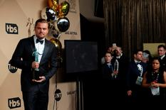 """Actor Leonardo DiCaprio poses backstage with his award for Outstanding Performance by a Male Actor in a Leading Role for his role in """"The Revenant"""" at the 22nd Screen Actors Guild Awards in Los Angeles, California January 30, 2016.  REUTERS/Mike Blake"""