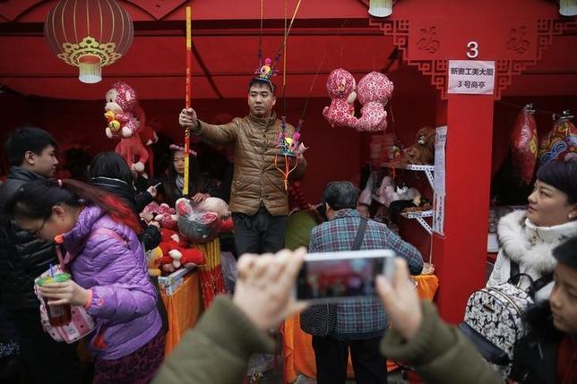 2月13日、中国商務省は春節期間中の小売売上高が前年比11.2%増加し、7540億元だったと明らかにした。北京で11日撮影(2016年 ロイター/DAMIR SAGOLJ)