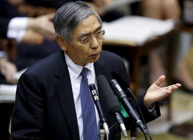 2月15日、黒田東彦日銀総裁は15日の衆院予算委員会で、保有する長期国債の取り扱いは出口の際に十分議論する、と語った。写真は1月参院会議で答弁する同総裁(2016 ロイター/Toru Hanai)