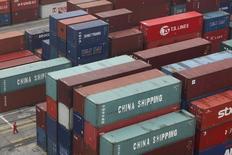 Les exportations chinoises ont reculé de 11,2% en janvier par rapport au même mois de 2015 tandis que les importations ont chuté de 18,8% alors que les économistes avaient anticipé respectivement -1,9% et -0,8%. /Photo d'archives/REUTERS/Aly Song