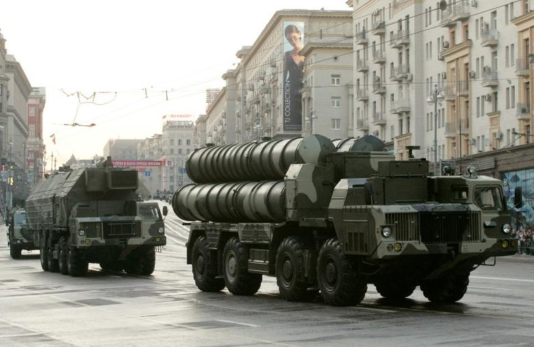 Russian S-300 anti-missile rocket system move along a central street during a rehearsal for a military parade in Moscow May 4, 2009. Russians traditionally celebrate their victory over Nazi Germany in World War II on May 9.  REUTERS/Alexander Natruskin