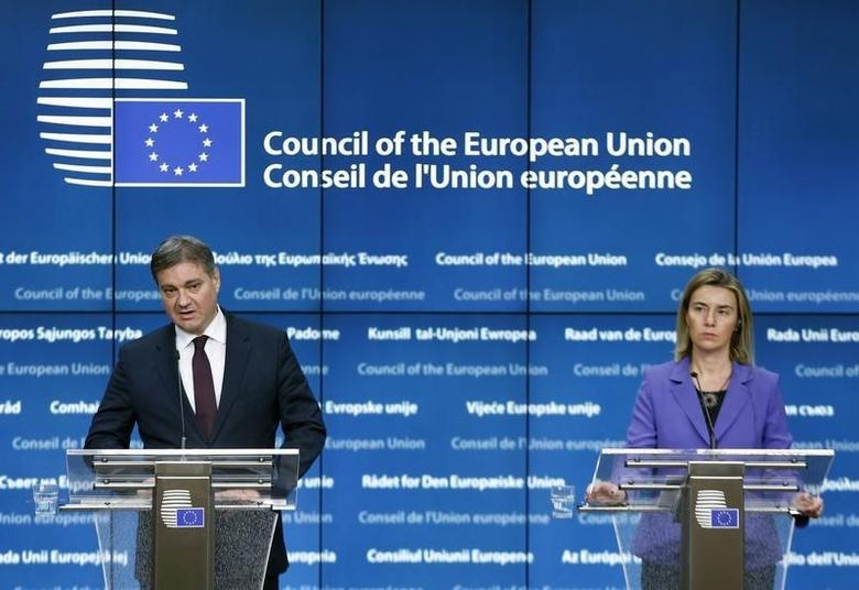 Bosnia and Herzegovina's Prime Minister Denis Zvizdic and European Union Foreign Policy Chief Federica Mogherini (R) address at a joint news conference after an association council between Bosnia and Herzegovina and the European Union in Brussels, Belgium, December 11, 2015. REUTERS/Francois Lenoir