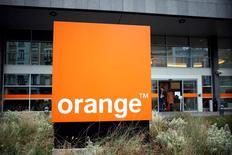 El grupo de telecomunicaciones francés Orange desmintió el lunes que se haya alcanzado un acuerdo para dividir los activos de Bouygues Telecom después de que varios medios informaran el fin de semana de que el martes Orange podría presentar un acuerdo preliminar tras la publicación de sus resultados anuales.  En la imagen, el logo de la multinacional francesa, Orange, situado frente a la entrada de su sede en París, el 12 de febrero de 2016. REUTERS/Charles Platiau