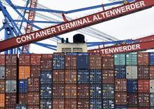 El superávit comercial de la Unión Europea con el resto del mundo casi se quintuplicó el pasado año respecto a 2014 debido a una fuerte bajada en los precios de las energías importadas, mostraron datos el lunes. En la imagen, unos contenedores en el puerto de Hamburgo, el 3 de febrero de 2016.  REUTERS/Fabian Bimmer
