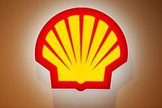 El logo de Shell fotografiado durante una conferencia en París, Francia, 2 de junio de 2015. La petrolera Royal Dutch Shell selló el viernes la adquisición de su rival británica BG Group por 53.000 millones de dólares para formar la mayor compañía mundial de gas natural licuado, pese a que los deteriorados precios del crudo ensombrecen los próximos años de transición. REUTERS/Benoit Tessier