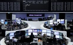 Operadores trabajando en la Bolsa de Fráncfort, Alemania, 15 de febrero de 2016. Las bolsas europeas abrían con un fuerte avance el lunes, impulsadas por las ganancias de los mercados de Asia, donde el índice Nikkei de Japón saltó más de un 7 por ciento y una fijación más fuerte del yuan redujo las preocupaciones por una devaluación de la moneda china. REUTERS/Staff