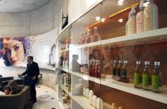 Productos de belleza son exhibidos en la entrada principal de la fábrica de cosméticos de Natura, en Cajamar, Sao Paulo, Brasil. J&F Investimentos SA, el conglomerado que controla el empacador de carne más grande del mundo JBS SA, podría comprar al mayor minorista de Brasil GPA SA y la compañía de cosméticos Natura, de acuerdo a una columna publicada en el diario O Globo. REUTERS/Paulo Whitaker