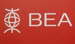 Bank of East Asia rechazó el lunes la petición del fondo de inversión de alto riesgo Elliott Management, uno de sus accionistas, de poner en venta la entidad, porque dijo que el desafiante entorno económico y empresarial no sería el idóneo para este proceso. En la imagen se ve un logotipo del Bank of East Asia desplegado durante la rueda de prensa en Hong Kong, China, el 15 de febrero de 2016. REUTERS/Bobby Yip