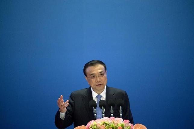 2月15日、中国の李克強首相は世界経済の環境や様々な国で株式相場が下落していることを受け、中国経済は多大な困難と新たな不確実性に直面しているとの認識を示した。写真は1月16日、北京で講演する同首相(2016年 ロイター/Mark Schiefelbein/Pool)