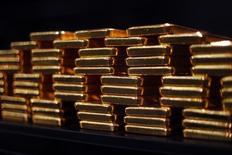 La récente tempête sur les marchés financiers a certes rendu à l'or son attrait de valeur refuge mais les investisseurs, échaudés par ses mauvaises performances ces dernières années, sont encore loin de se ruer sur cet actif. /Photo d'archives/REUTERS/Michael Dalder