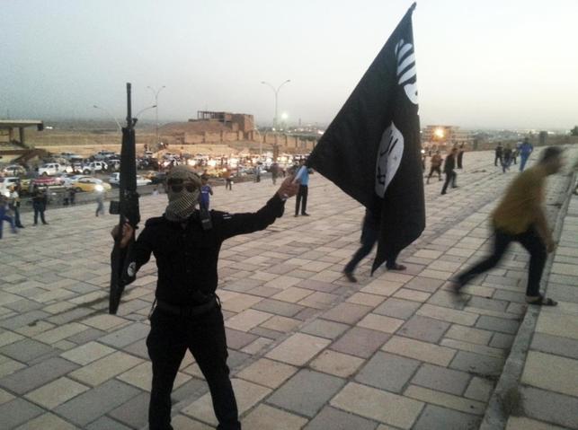 2月15日、過激派組織「イスラム国」がイラクのクルド人部隊との戦闘で化学兵器のマスタードガスを使用していたことが、化学兵器禁止機関の検査で分かった。外交筋が明らかにした。写真はイスラム国の旗を持つイスラム国兵士、イラクで2014年1月撮影(2016年 ロイター)